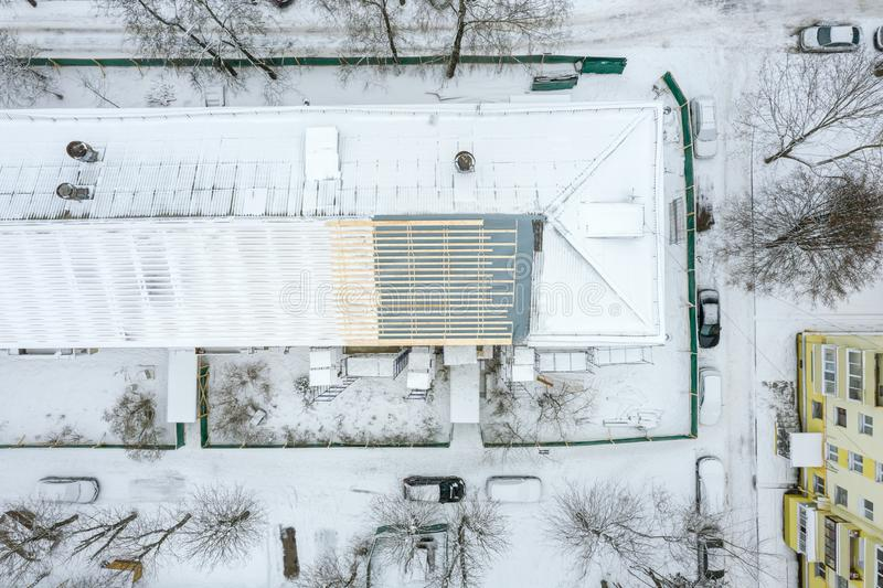 Vista superior aérea del tejado constructivo bajo renovación en invierno Fotografía del abejón imagen de archivo libre de regalías