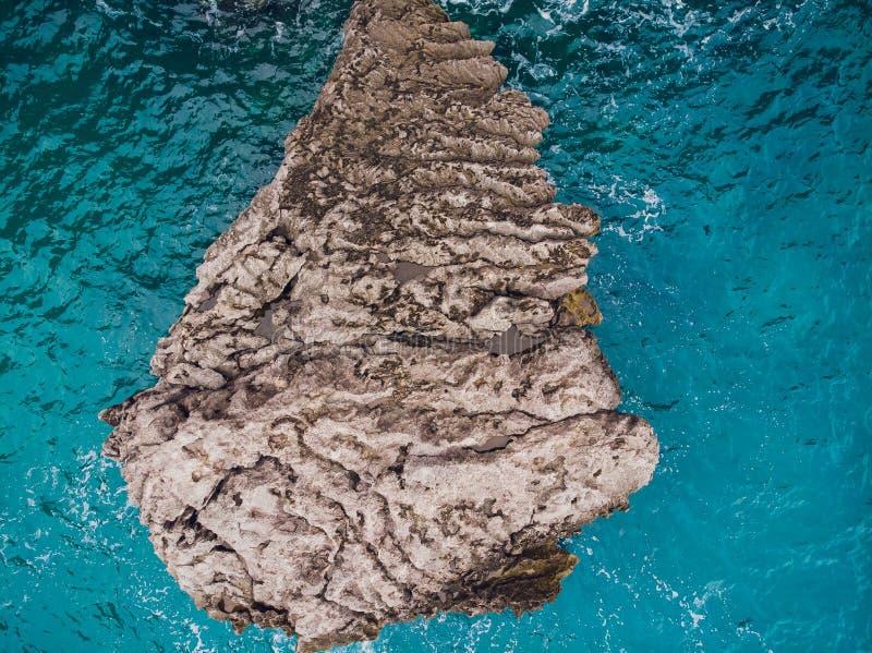 A vista superior aérea do mar acena batendo rochas fotografia de stock