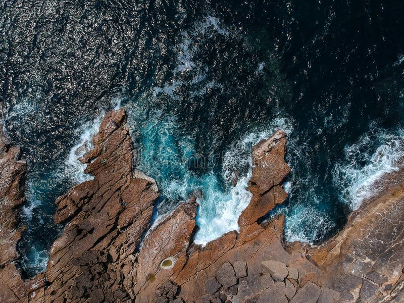A vista superior aérea do mar acena batendo rochas na praia com água do mar de turquesa Seascape surpreendente do penhasco da roc fotografia de stock royalty free