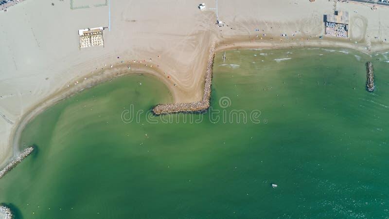 Vista superior aérea do Sandy Beach do mar Mediterrâneo de cima de, do recurso das férias e de feriado imagem de stock royalty free