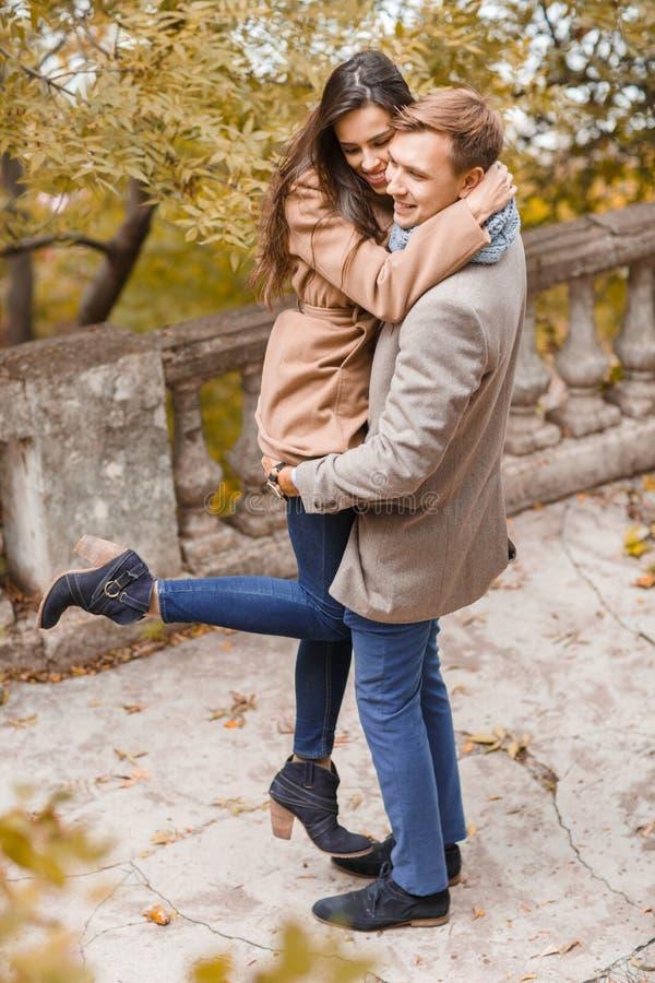 Vista superior Abraços felizes dos pares imagem de stock royalty free