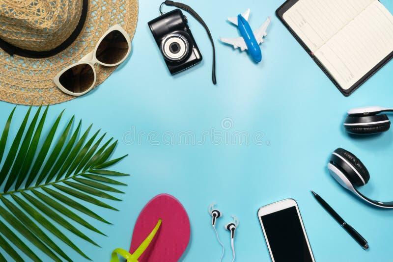Vista superior, accesorios planos del objeto de la endecha del viaje o vacati del verano imagen de archivo