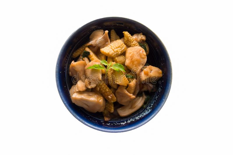 Vista superior, alimento tailandês saudável, tipo fritado, frango frito, milho suave e cogumelos em um copo preto no fundo branco fotos de stock royalty free