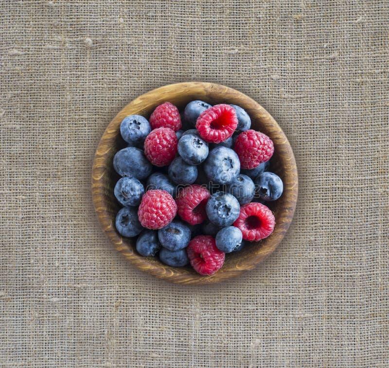 Vista superior Bagas azuis e vermelhas na bacia Framboesas e mirtilos maduros Fundo de bagas da mistura com espa?o da c?pia para  foto de stock