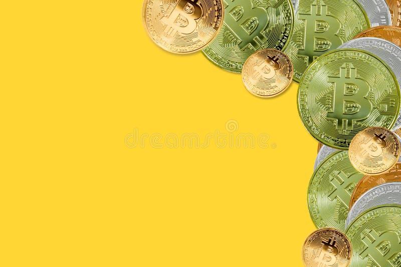 Vista superior Bitcoins Conceito, bitcoin e carta financeiros do crescimento no fundo amarelo foto de stock royalty free