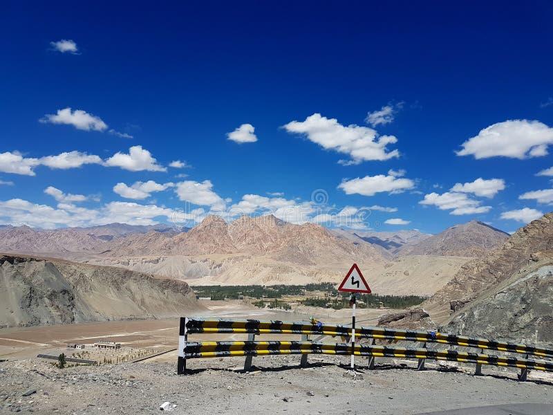 Vista superior bonita da estrada do ladakh, montanhas de Himalaya Céu azul fotografia de stock