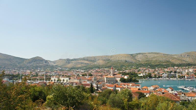 Vista superior cênico da cidade com fundo da montanha, arquitetura da cidade bonita com casas, dia ensolarado, Trogir, Dalmácia,  fotos de stock royalty free