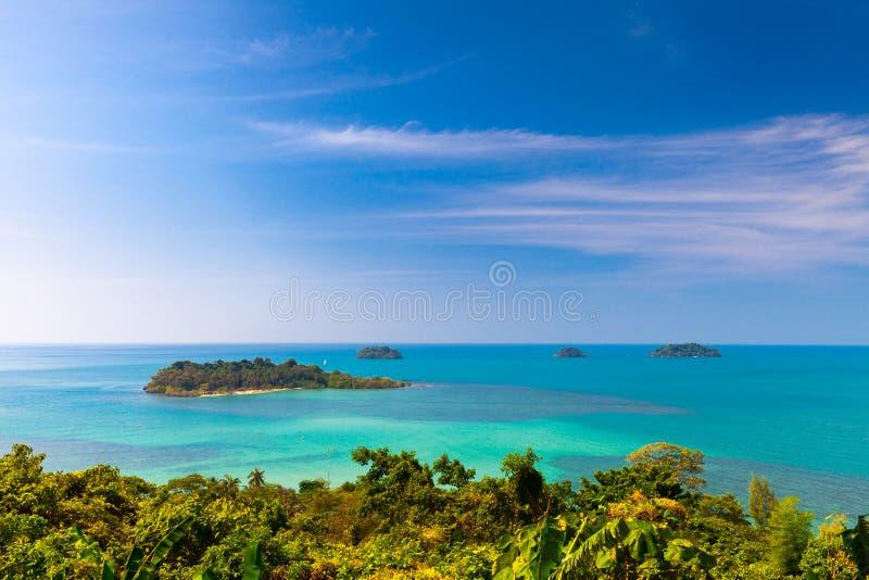 Vista superior cênico em ilhas tropicais e na selva verde das palmeiras de Koh Chang foto de stock
