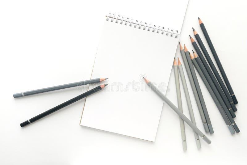 Vista superior, caderno com lápis em um fundo branco fotografia de stock royalty free