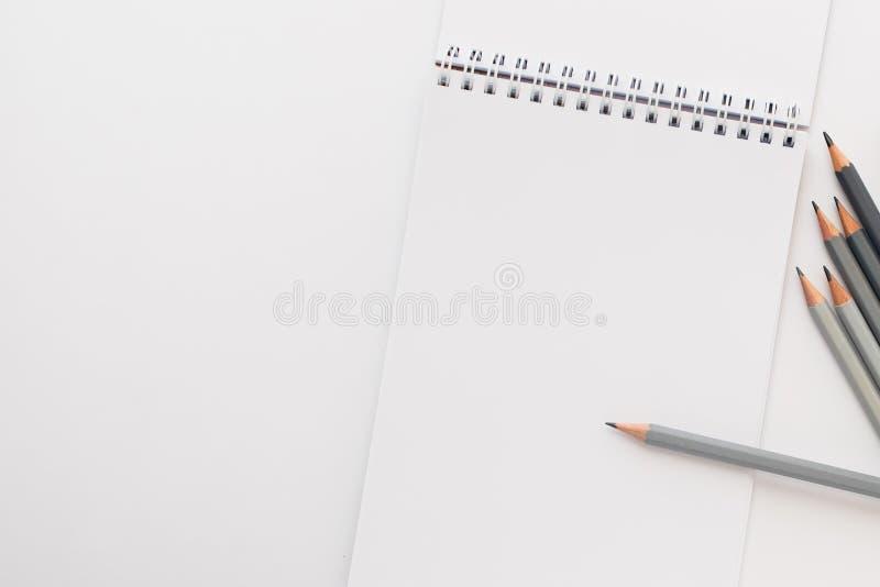 Vista superior, caderno vazio com lápis em um fundo branco foto de stock royalty free
