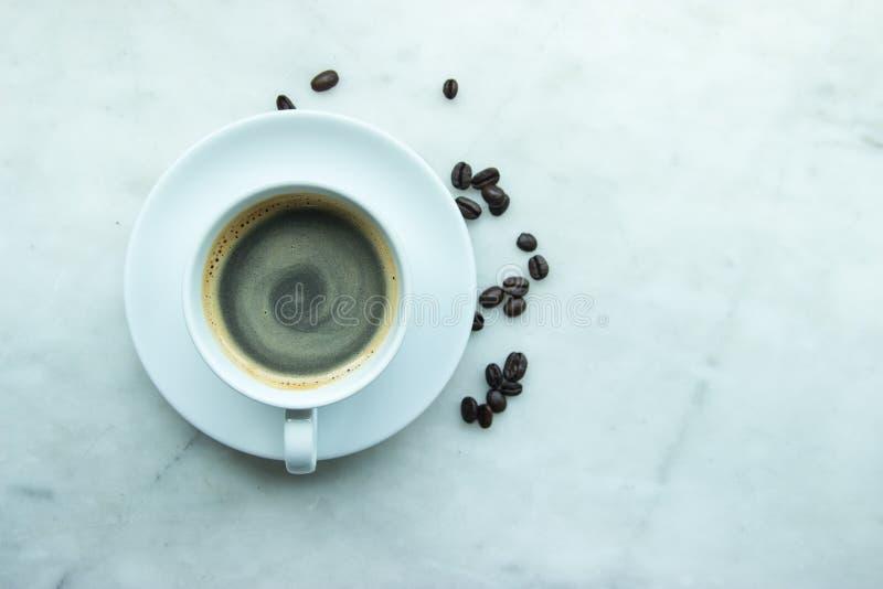 Vista superior, caneca de café quente ascendente fechado na placa branca e copo com h fotografia de stock royalty free