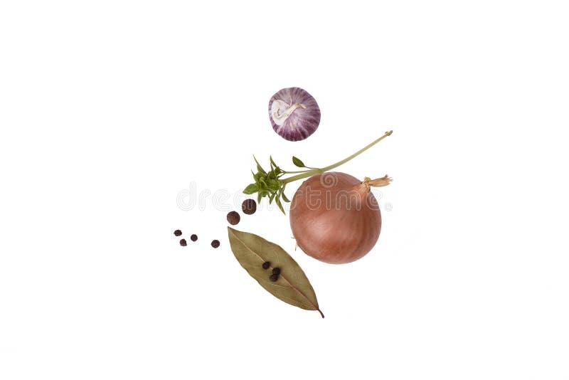 Vista superior Cebola, alho, manjericão, folha de louro com pimenta O isolado imagem de stock