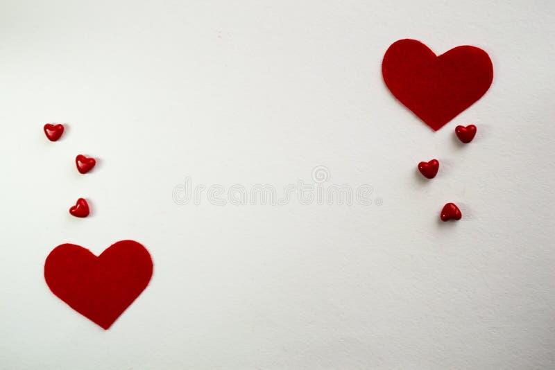 Vista superior com espaço para seu cumprimento Corações pequenos vermelhos do fundo branco foto de stock royalty free