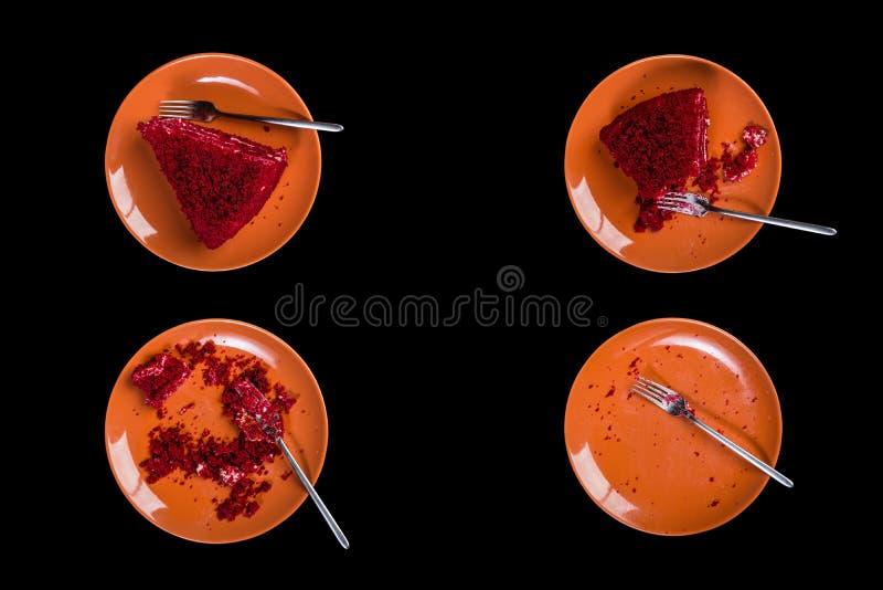 Vista superior Comendo o processo de bolo vermelho delicioso de veludo em uma placa cerâmica com uma forquilha Isolado no fundo p imagens de stock