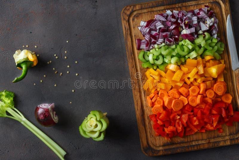 A vista superior cortou o sp da cópia do fundo do alimento da placa de corte dos vegetais fotos de stock