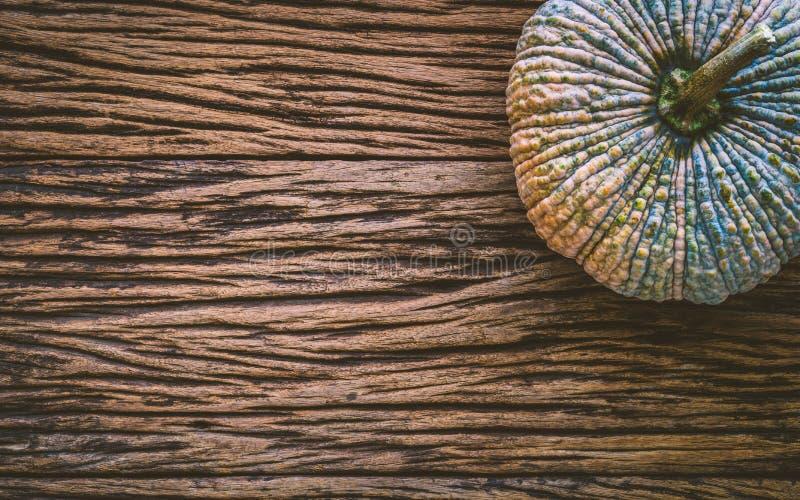 Vista superior da abóbora crua no fundo de madeira do gruge Organi fresco imagem de stock royalty free