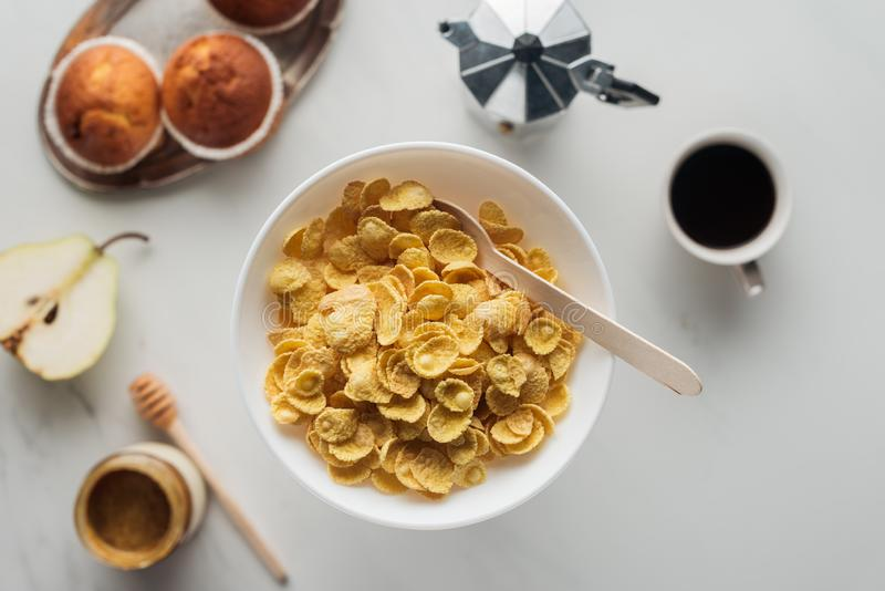 vista superior da bacia de cereal seco com café e os queques deliciosos imagem de stock royalty free