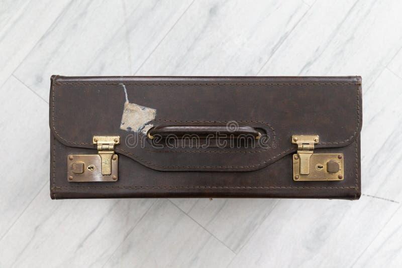 Vista superior da bagagem de couro velha marrom fotos de stock