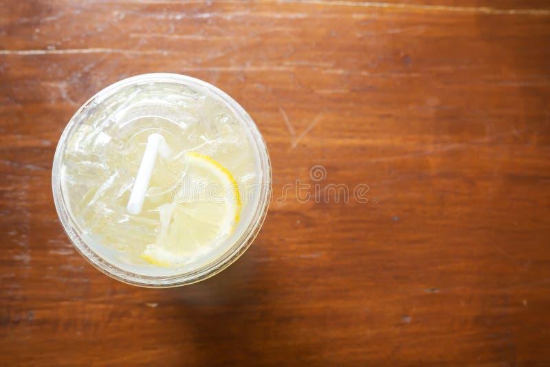 Vista superior da bebida de limão gelado Bebida à base de plantas para refrescar Frutas tropicais Sumo favorito no Verão fotos de stock