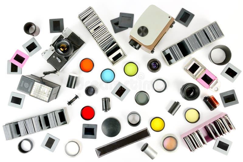 A vista superior da câmera retro e do projetor de slides com acessórios é foto de stock