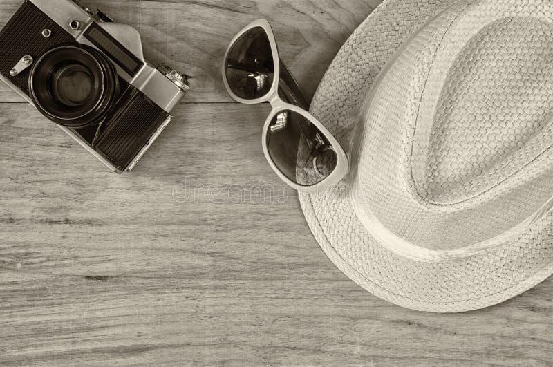 Vista superior da câmera velha dos óculos de sol à moda da mulher do chapéu sobre a tabela de madeira Pequim, foto preto e branco foto de stock royalty free