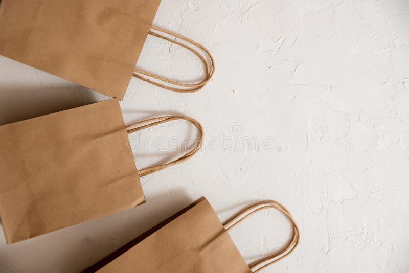 Vista superior da caixa de empacotamento postal lisa no papel do ofício com etiqueta vazia branca O objeto é isolado no fundo bra foto de stock royalty free