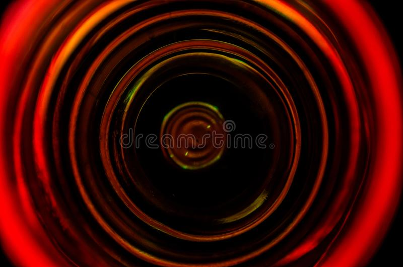Vista superior da caneca de vidro de líquido na tabela, fim acima foto de stock