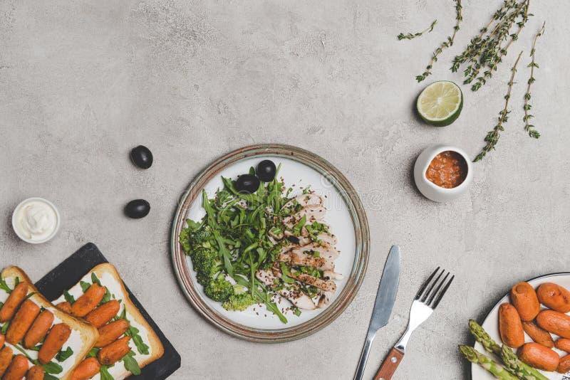 vista superior da carne cortada com legumes frescos e sanduíches com cenouras de bebê imagem de stock royalty free