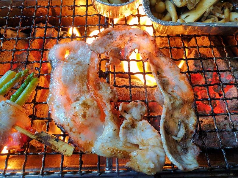 A vista superior da carne de porco grelhada cortada e do bacon envolveu o aspargo no espeto com alho e cogumelo fotografia de stock