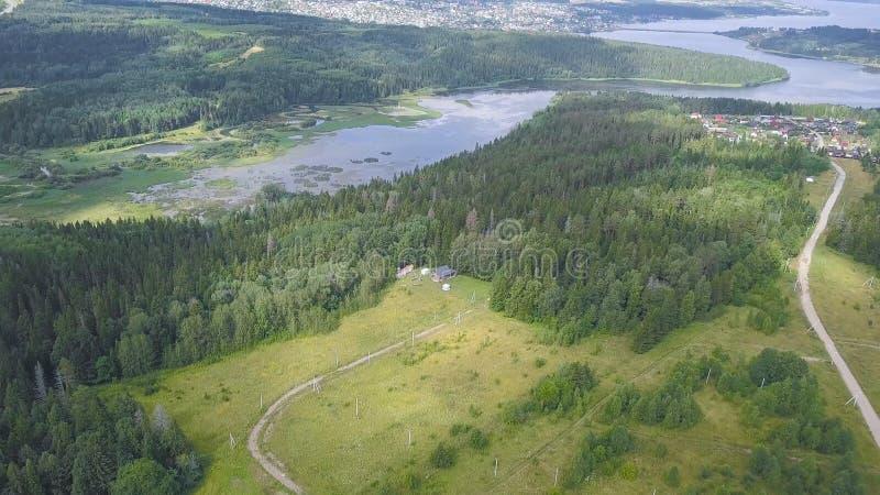 Vista superior da casa de campo no grampo da floresta Paisagem bonita da vila perto do lago no verão A única casa é lugar para o  imagem de stock
