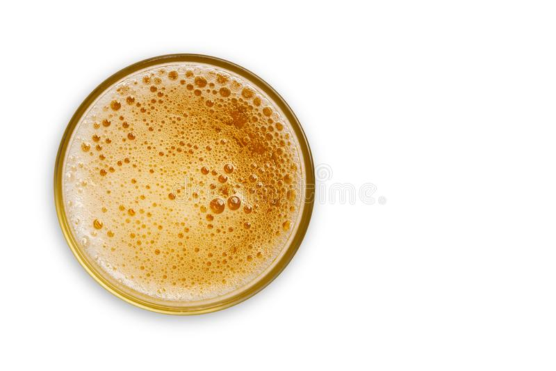 A vista superior da cerveja borbulha no copo de vidro no fundo branco Espa?o vazio para o projeto Com trajeto de grampeamento foto de stock royalty free