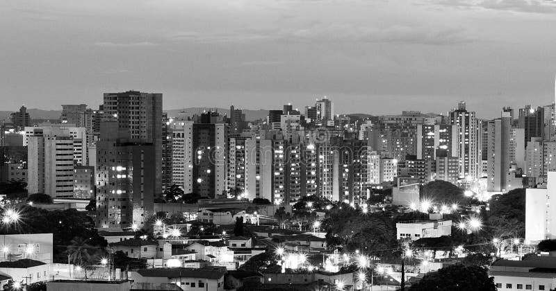 Vista superior da cidade de Campinas na noite, em Brasil, na versão preto e branco foto de stock royalty free