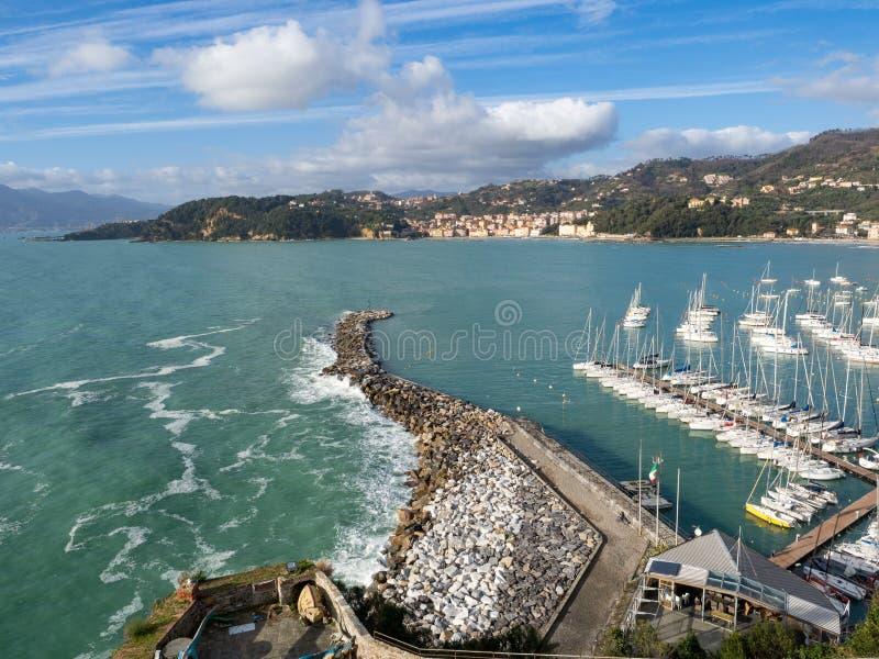 Vista superior da cidade pequena Lerici na costa Ligurian, Itália, na província do La Spezia Vista panorâmica da cidade italiana  fotos de stock royalty free