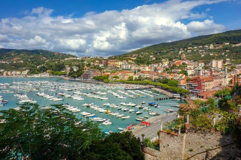 Vista superior da cidade pequena Lerici na costa Ligurian, It?lia, na prov?ncia do La Spezia Vista panor?mica da cidade italiana  imagens de stock