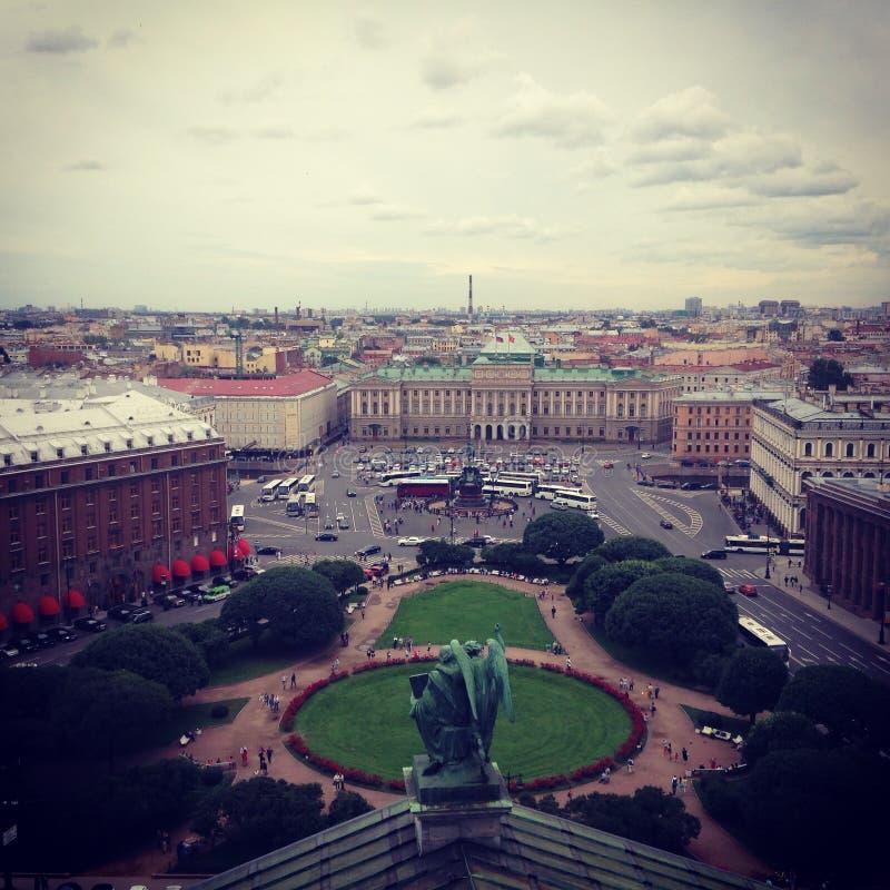 Vista superior da colunata da catedral do St Isaac no quadrado do St Isaac e na cidade St Petersburg, Rússia Foto quadrada foto de stock royalty free