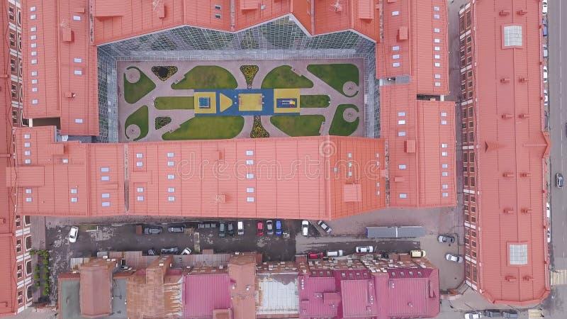 Vista superior da construção com espaço aberto no centro grampo Vista superior de construção complexa fechado em forma de u com t fotos de stock royalty free