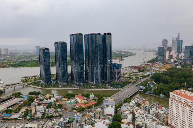 Vista superior da construção em uma cidade - arranha-céus da vista aérea que voam pelo zangão de Ho Chi Mi City com construções d fotografia de stock royalty free
