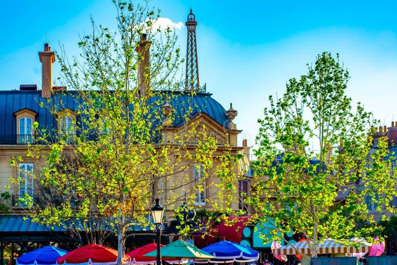 Vista superior da constru??o europeia do estilo, da torre Eiffel e de guarda-chuvas coloridos no pavilh?o de Fran?a em Epoct em W imagem de stock royalty free