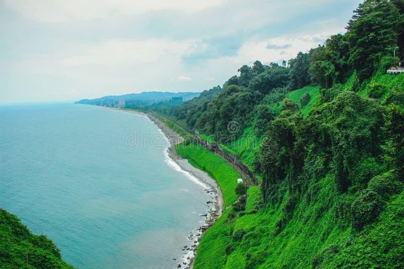 Vista superior da costa de mar com os caminhos de ferro da plataforma de observa??o do jardim bot?nico de Batumi, Ge?rgia fotos de stock