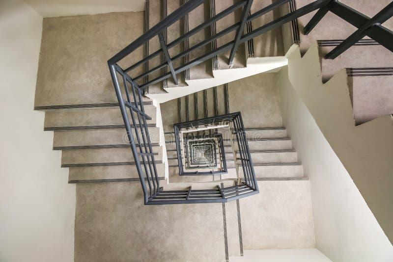 Vista superior da escadaria espiral infinita, maneira ao sucesso, maneira de escapar, escadaria da saída de emergência da emergên foto de stock