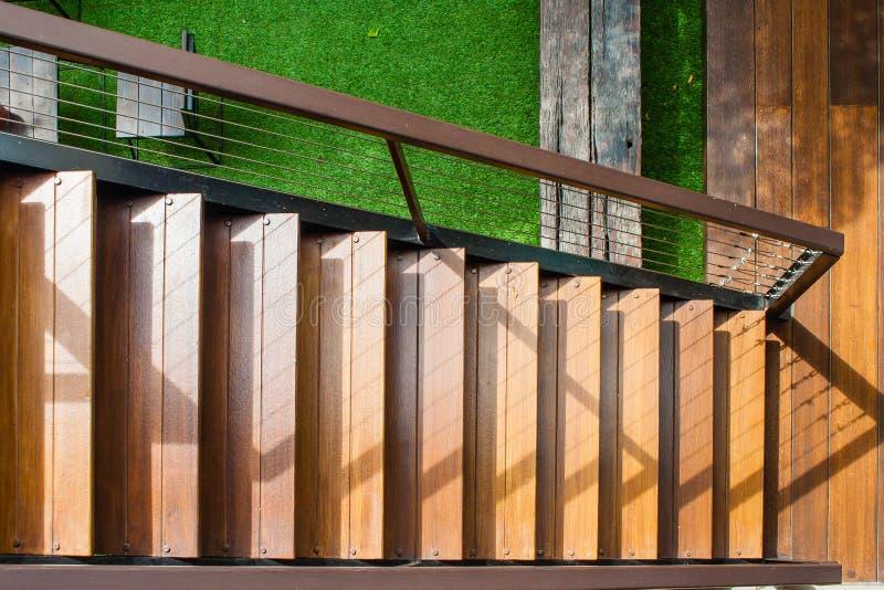 Vista superior da escadaria ou da escadaria de madeira da arquitetura fora da construção fotos de stock royalty free