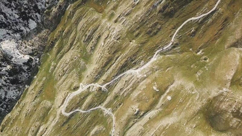 Vista superior da estrada da montanha estoque Estradas de enrolamento perigosas em inclinações de montanha Vista da estrada nas m imagem de stock