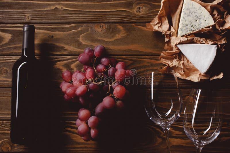 vista superior da garrafa do vinho tinto com vidros e aperitivos fotografia de stock royalty free
