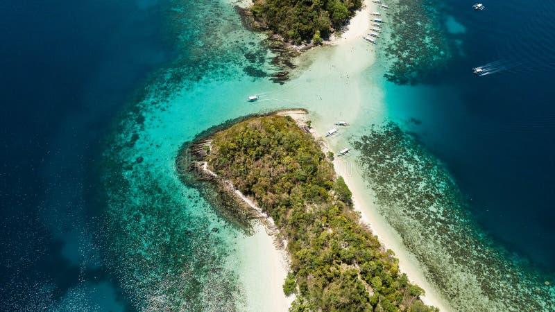 Vista superior da ilha tropical pequena nas Filipinas Excurs?o da lupulagem de ilha em Barton portu?rio foto de stock royalty free