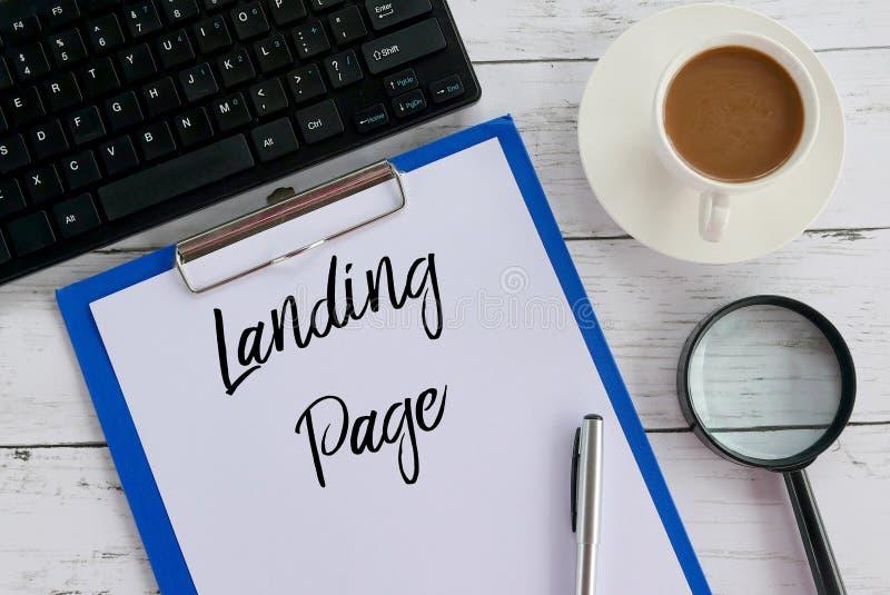 Vista superior da lupa, do café, do teclado, da pena, da prancheta e do papel escritos com página de aterrissagem imagens de stock royalty free