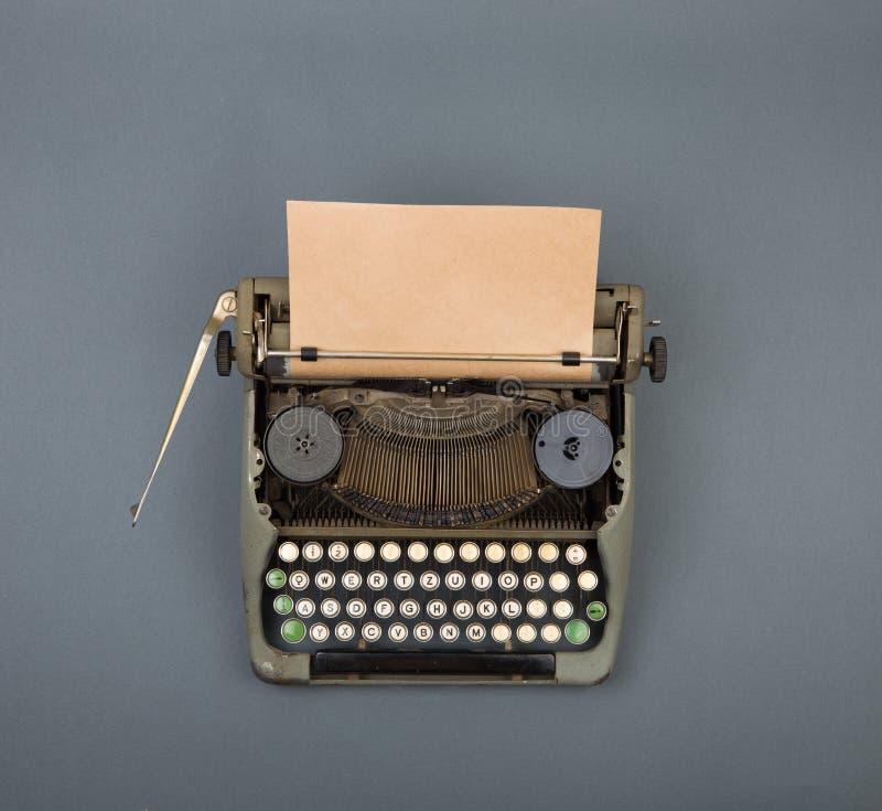 Vista superior da máquina de escrever do vintage na tabela cinzenta fotografia de stock