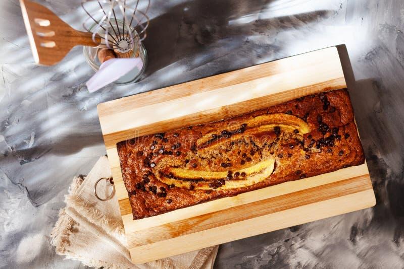 Vista superior da manteiga livre e do naco livre do pão de banana do açúcar com farinha da aveia Bolo do vegetariano para a dieta fotos de stock