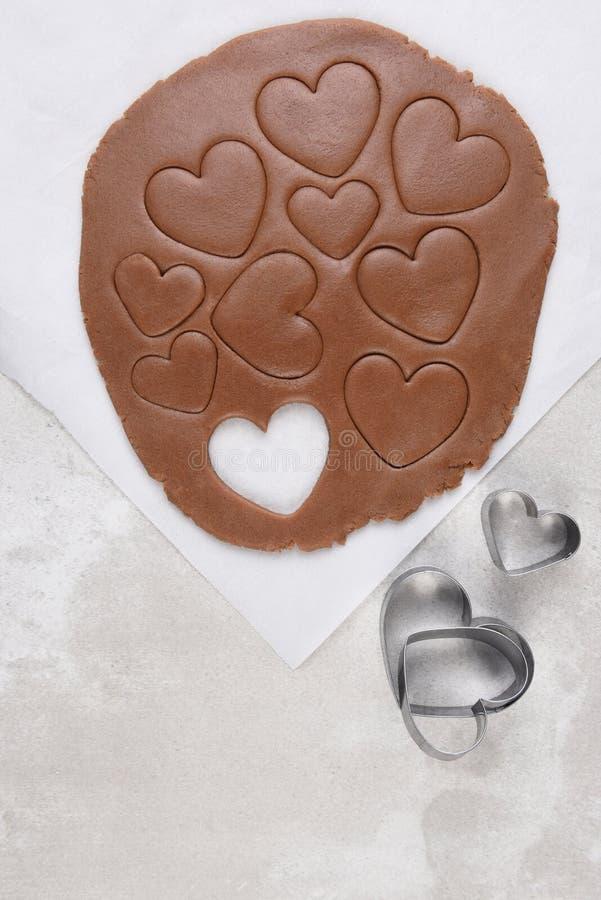 A vista superior da massa da cookie do chocolate com coração dá forma fotos de stock royalty free