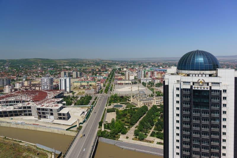 Vista superior da mesquita principal no coração hotel da cidade de Chechnya, de Grozny e outras facilidades no centro da cidade imagem de stock