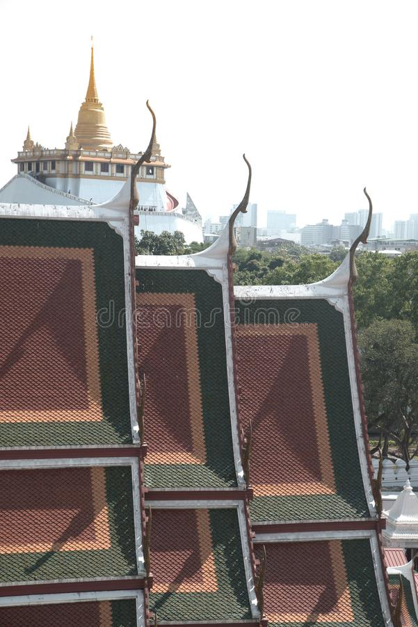 Vista superior da montanha dourada em Wat Saket de Wat Ratcha Natda Ram worawihan foto de stock